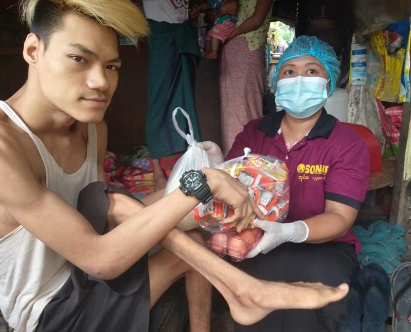 Verteilung von Hilfspaketen in Myanmar
