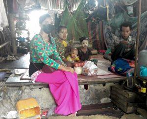 Familie im Slum von Yangon bei der Osterverteilung